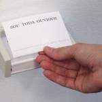 SOU TODA OUVIDOS (versão 3)  | 2007-2011 | Cartões-panfletos impressos com distribuição em diferentes situações